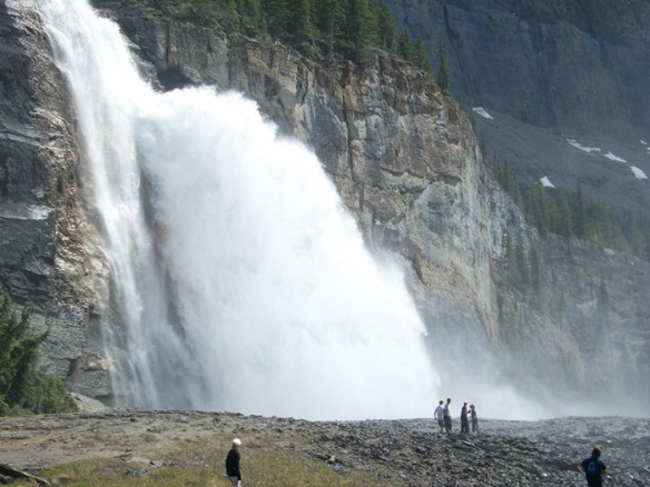 Emperor-Falls-is-one-of-the-many-beautiful-waterfalls-along-the-Berg-Lake-trail